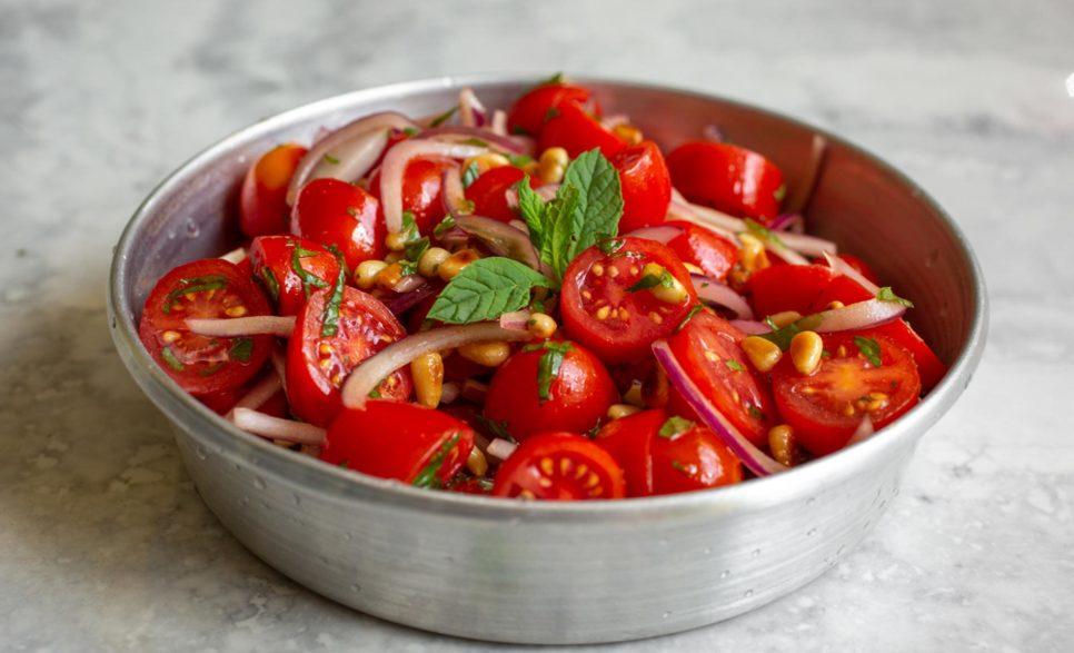 סלט עגבניות שרי עם צנוברים בקערה