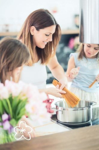 אמא מבשלת פסטה עם הילדות שלה
