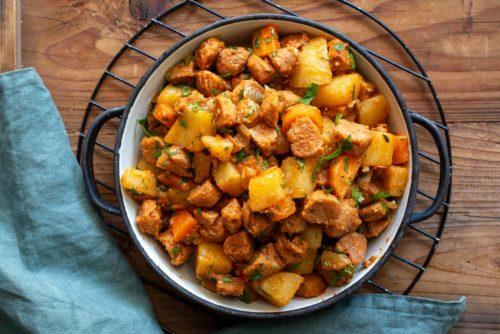 ארוחת צהריים של תבשיל פתיתי סויה ותפוחי אדמה