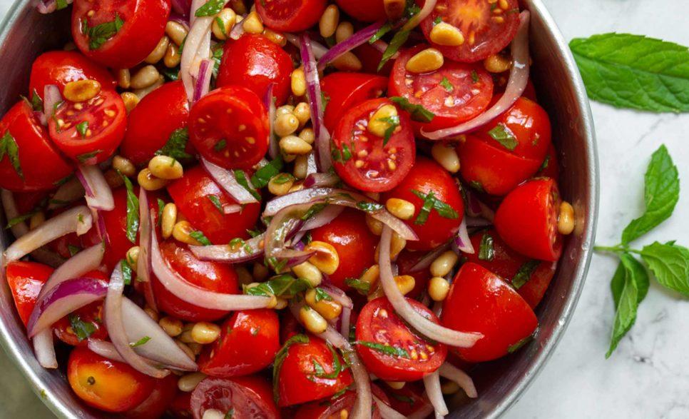 סלט עגבניות שרי עם צנוברים